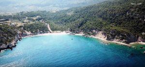 Παραλία Σκαλωσιά: απολαύστε άγρια ομορφιά και καταγάλανα νερά μια ώρα από την Αθήνα