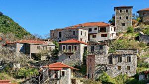 Κάνουμε έναν περίπατο στην όμορφη Στεμνίτσα και ανακαλύπτουμε ένα  πέτρινο ξενώνα με συγκλονιστική θέα και βαθμολογία 9,6!