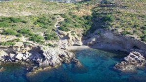 Η απομονωμένη παραλία της Αττικής σε απόσταση αναπνοής από την Αθήνα