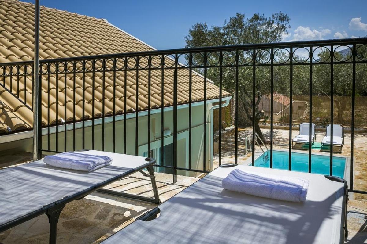 μπαλκόνι με θέα στην πισίνα στην Villa Pilali