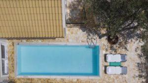 Ο Τάσος Δούσης προτείνει μια υπέροχη βίλα στην Κεφαλονιά με ρουστίκ ατμόσφαιρα και ιδιωτικότητα
