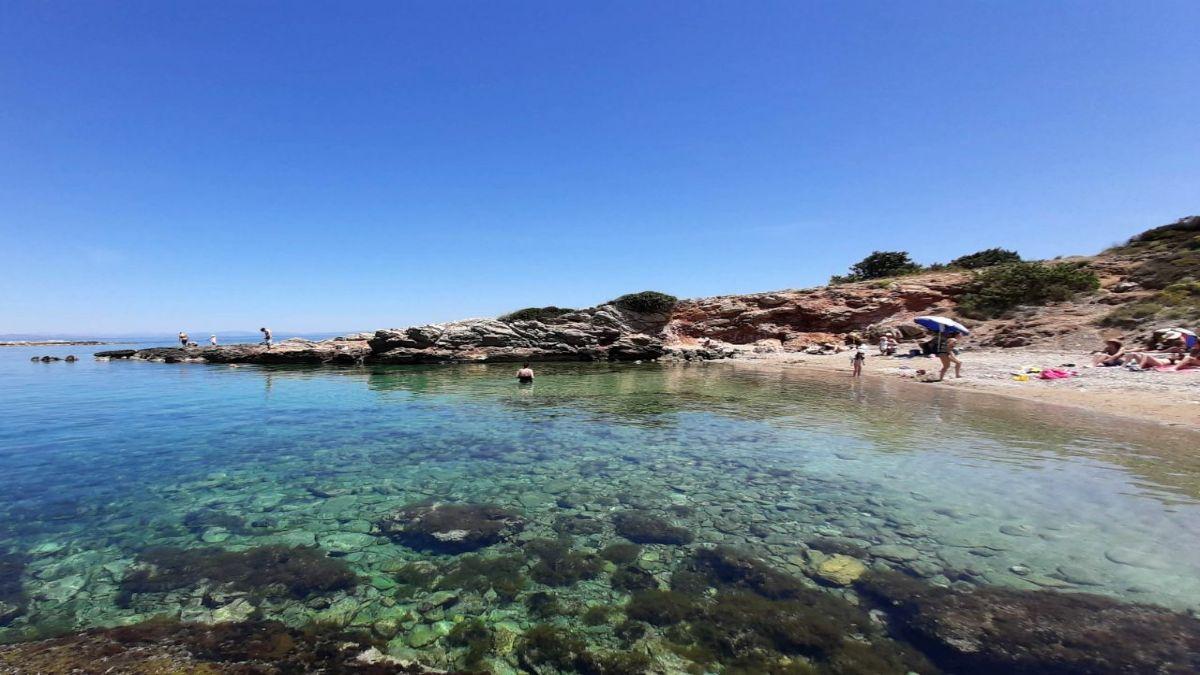 η Παραλία Βραυρώνας με φυσική σκια