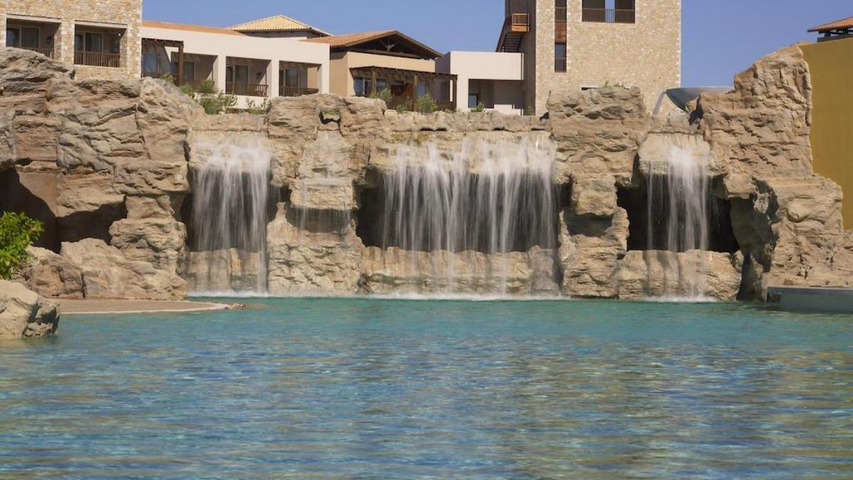 Westin Resort Costa Navarino πισίνα με καταράκτες