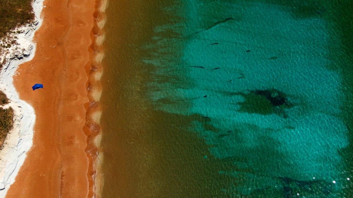 Η κόκκινη παραλία στην οποία θα κάνετε σπα με άργιλο και θα χαζέψετε το ειδυλλιακό ηλιοβασίλεμα