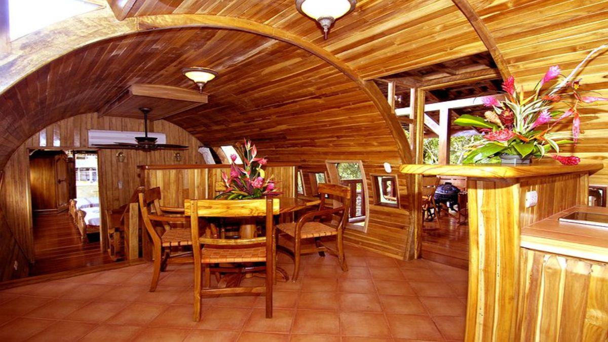 το καθιστικό και η κουζίνα βασίζονται στο ξύλο