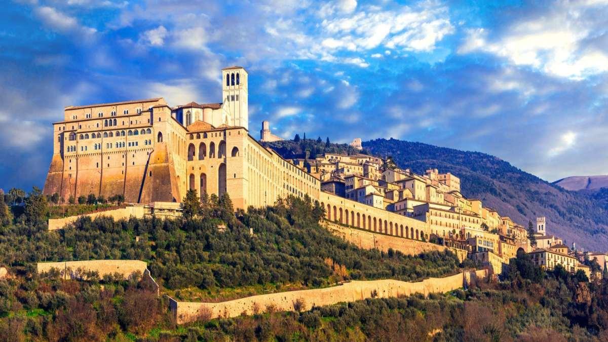Assisi ιταλική πόλη σε λόφο