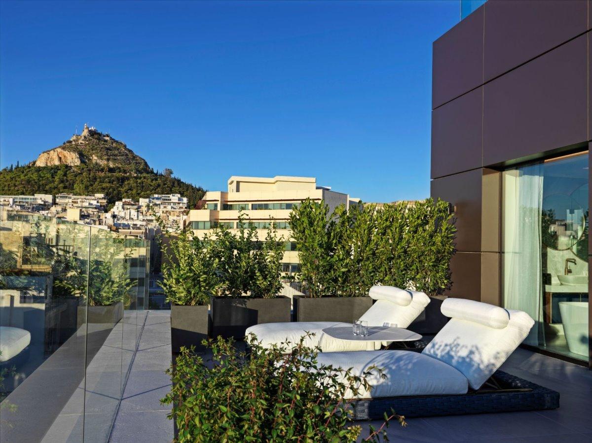 Πολυτελείς εξωτερικοί χώροι του Athens Capital Hotel - MGallery