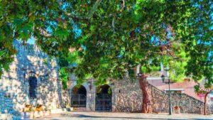 Στους πρόποδες του Παρνασσού υπάρχει ένας παραδοσιακός, γραφικός οικισμός που όλοι πρέπει να επισκεφτούν!