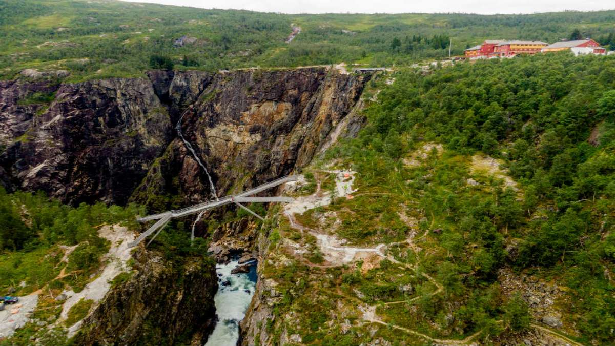 Πεζογέφυρα πάνω από νορβηγικό καταρράκτη
