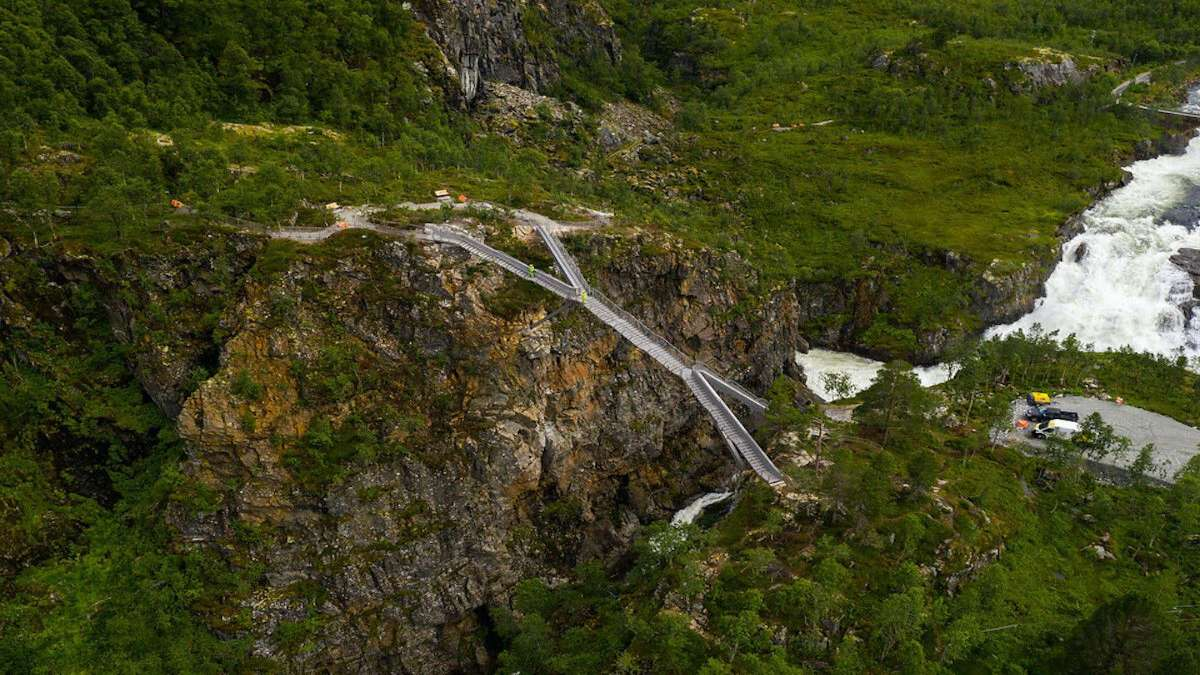 πεζογέφυρα σε καταρράκτη στη Νορβηγία