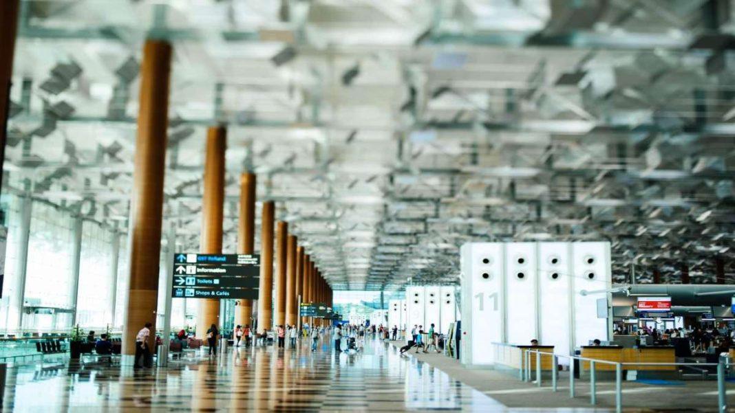 χώρος αναμονής αεροδρομίου με κόσμο