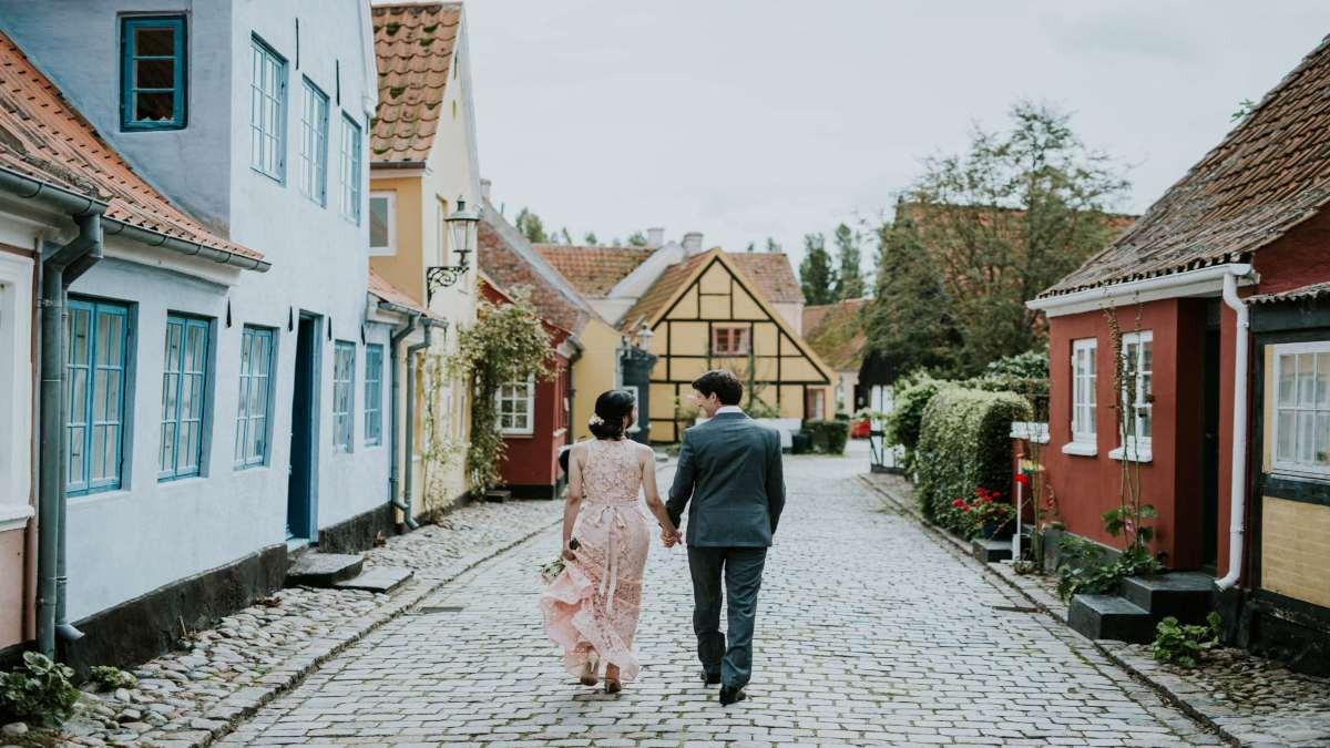 Aeroe Δανία ζευγάρι βόλτα στα σοκάκια