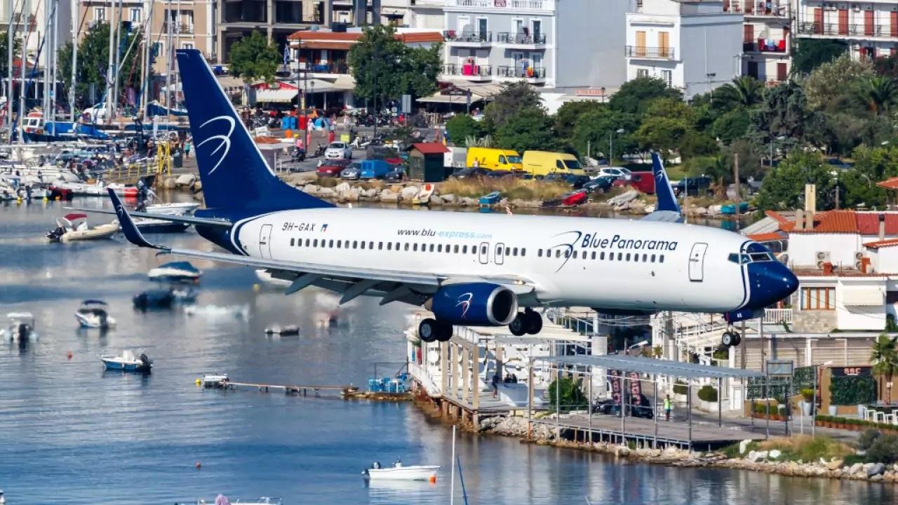 αεροπλάνο κατά την προσγείωσή του στο αεροδρόμιο της σκιάθου Αλέξανδρος Παπαδιαμάντης