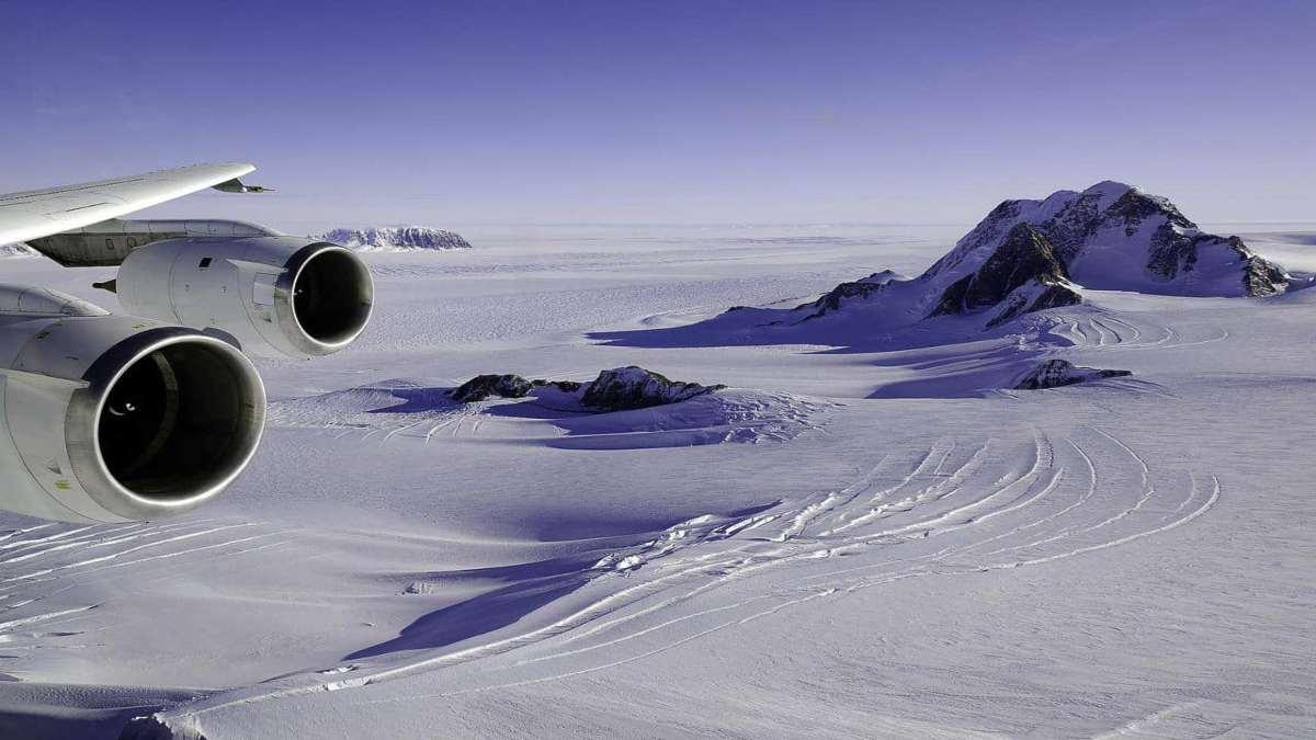 αεροπλάνο πετάει πάνω από την παγωμένη Δυτική Ανταρκτική