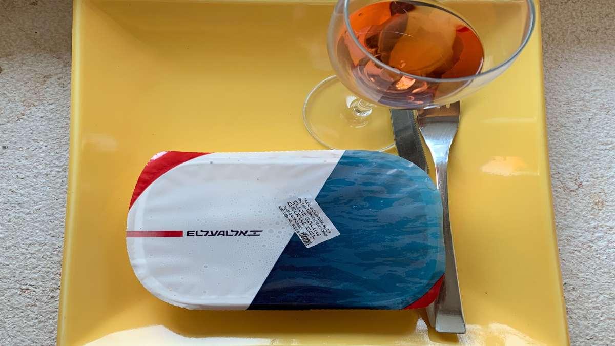 φαγητό αεροπλάνου σε δίσκο με ποτήρι κρασί