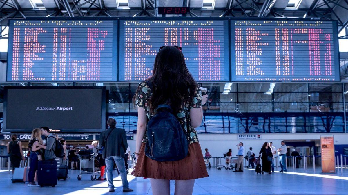 αεροδρόμιο επιβάτης κοιτάζει σε οθόνη