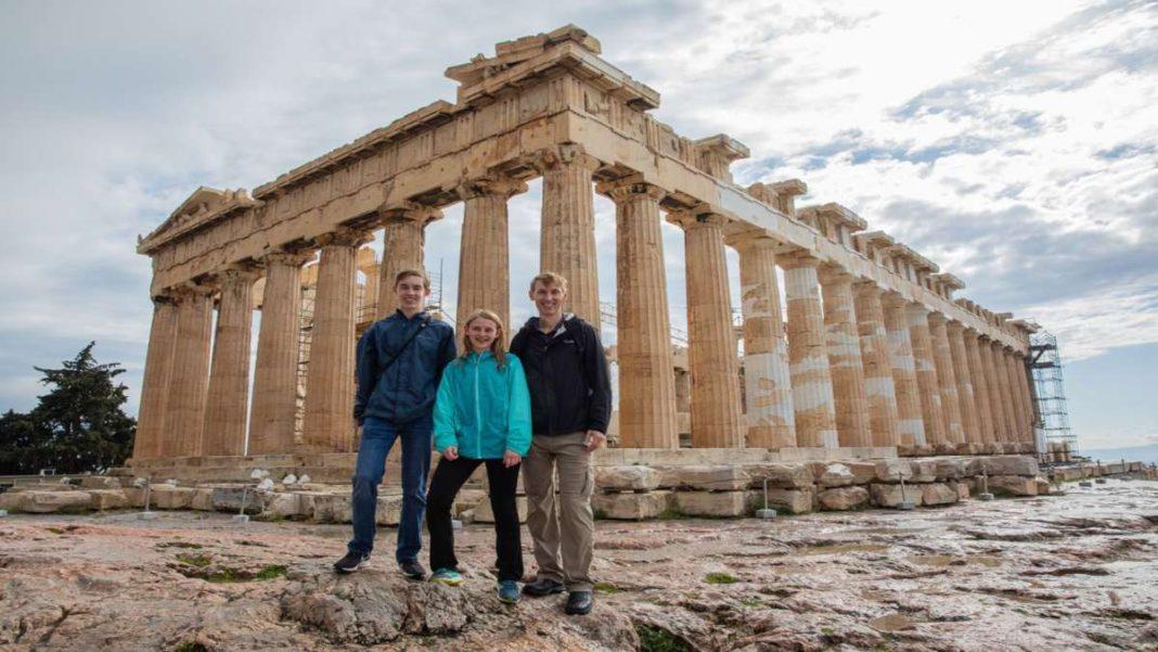 τουρίστες μπροστά από την Ακρόπολη Αθήνα