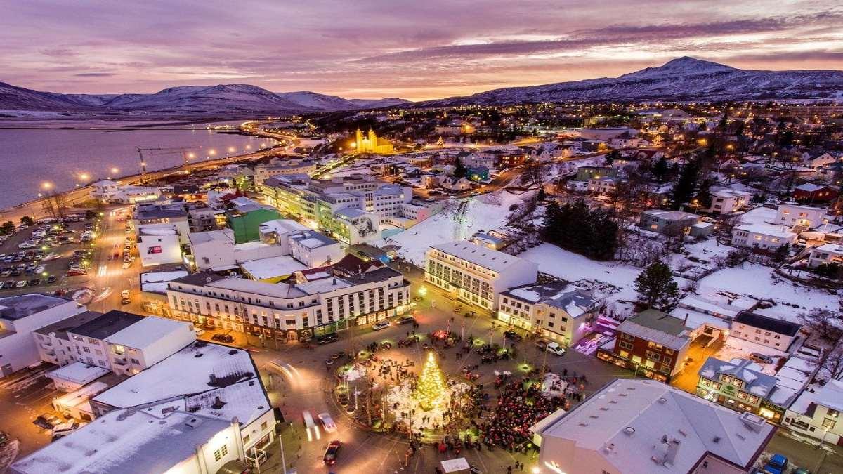 Akureyri Ισλανδία νυχτερινή λήψη Χριστούγεννα