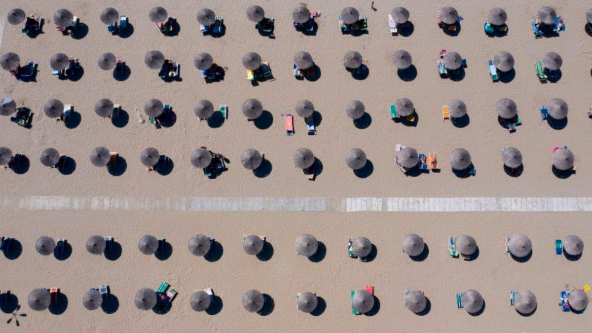Ομπρέλες σε παραλία της Αλβανίας από ψηλά