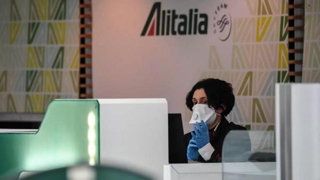 αεροσυνοδός Alitalia με μάσκα