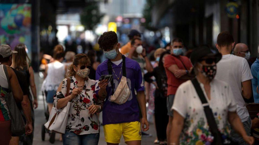 άνθρωποι στον δρόμο πόλης με μάσκες