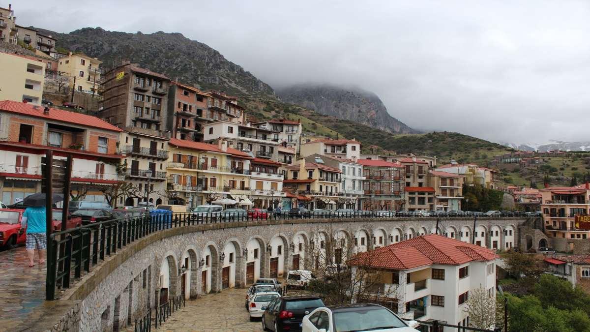 Αράχωβα είσοδος πόλης με φόντο τα βουνά