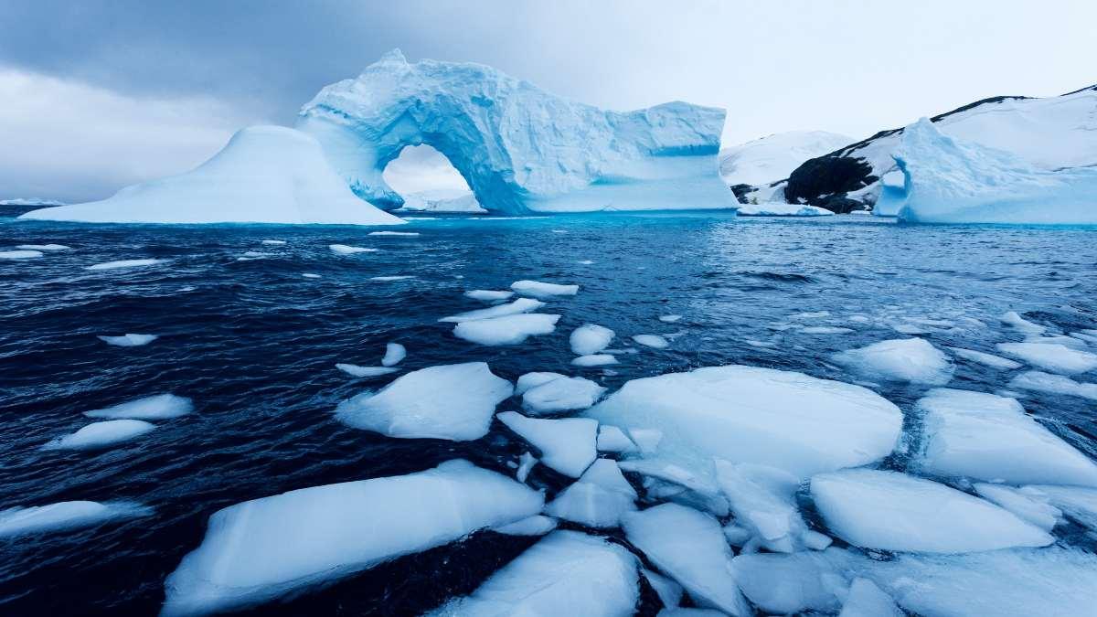 αρκτική λιωμένοι πάγοι στη θάλασσα