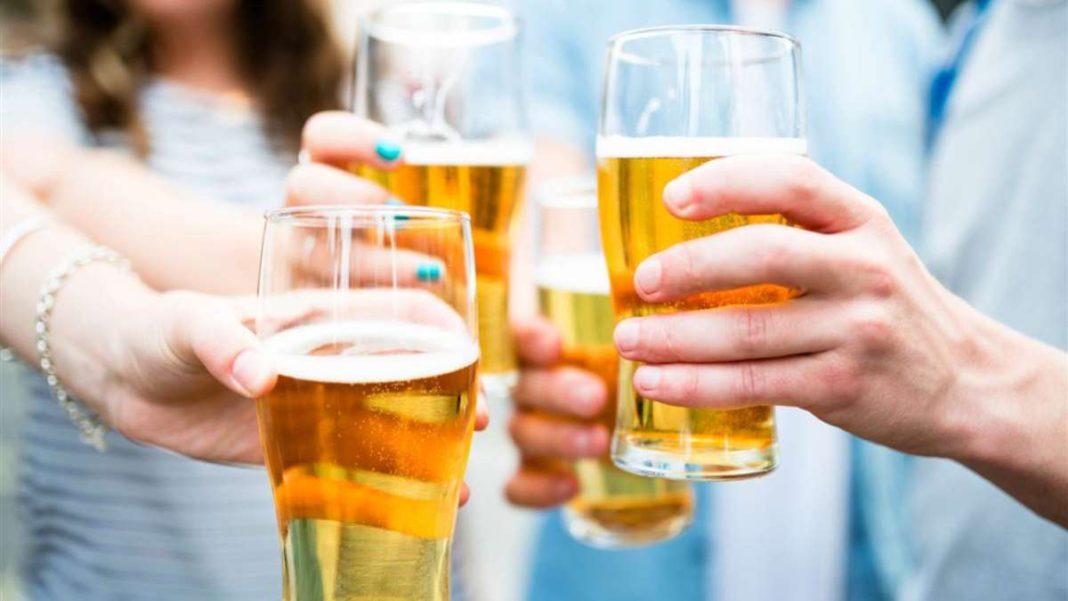 ποτήρια μπύρας γεμάτα χέρια τσουγκρίζουν