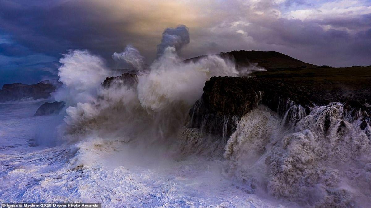 κύματα που σκάνε σε βράχο