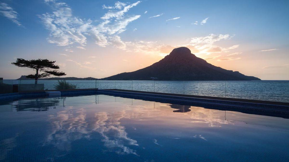 Carian Hotel πισίνα το σούρουπο