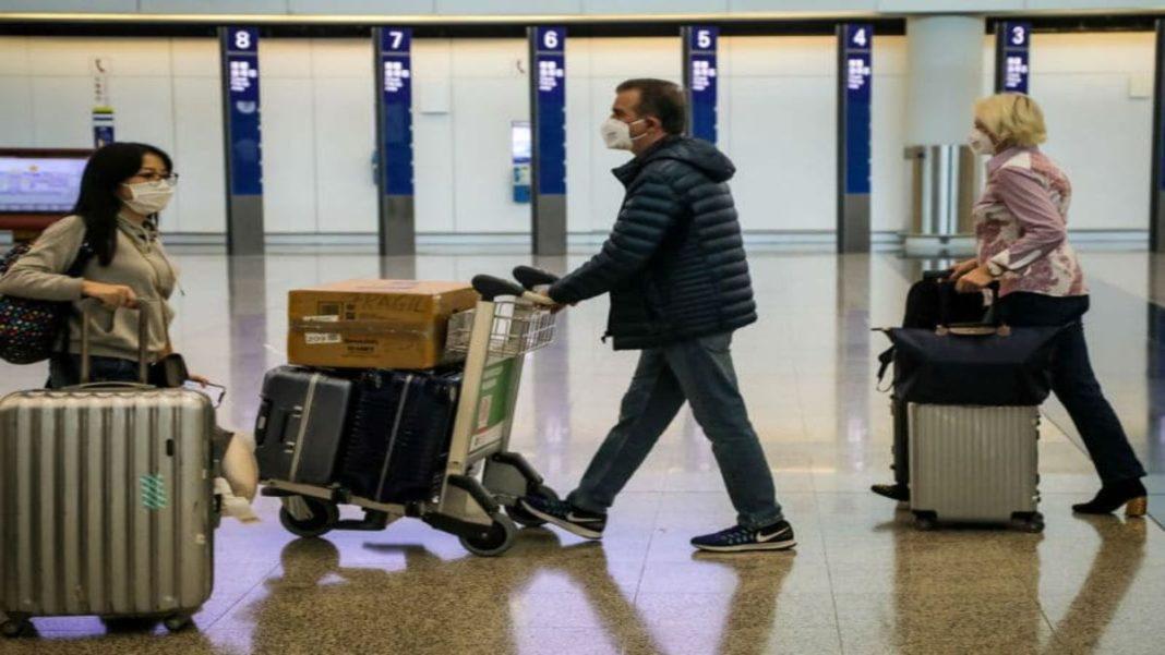 επιβάτες με μάσκα στο αεροδρόμιο