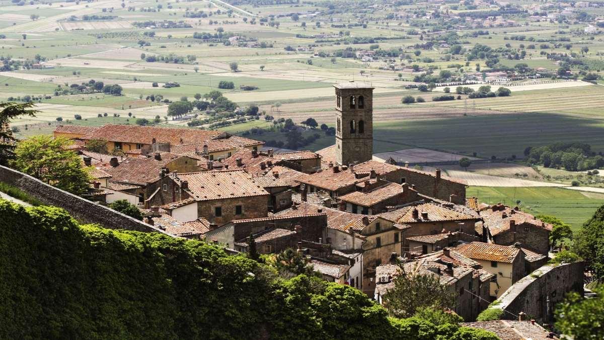 cortona ιταλική πόλη σε λόφο
