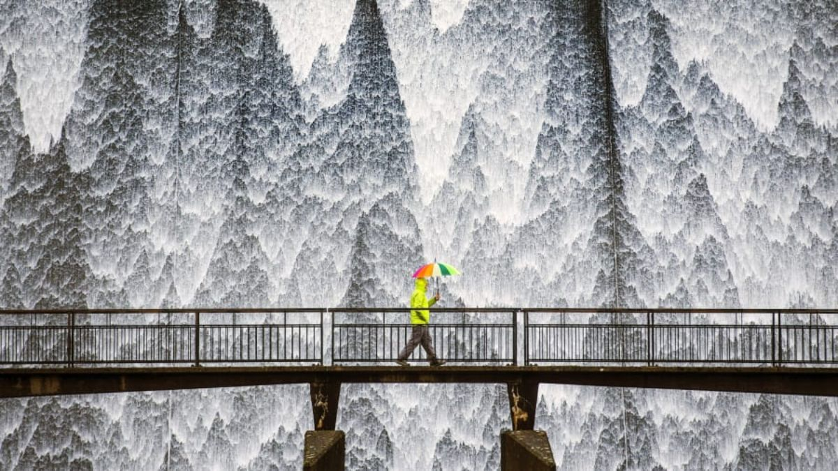 Cumbria, Ηνωμένο Βασίλειο, περπατώντας στη βροχή πάνω σε γέφυρα