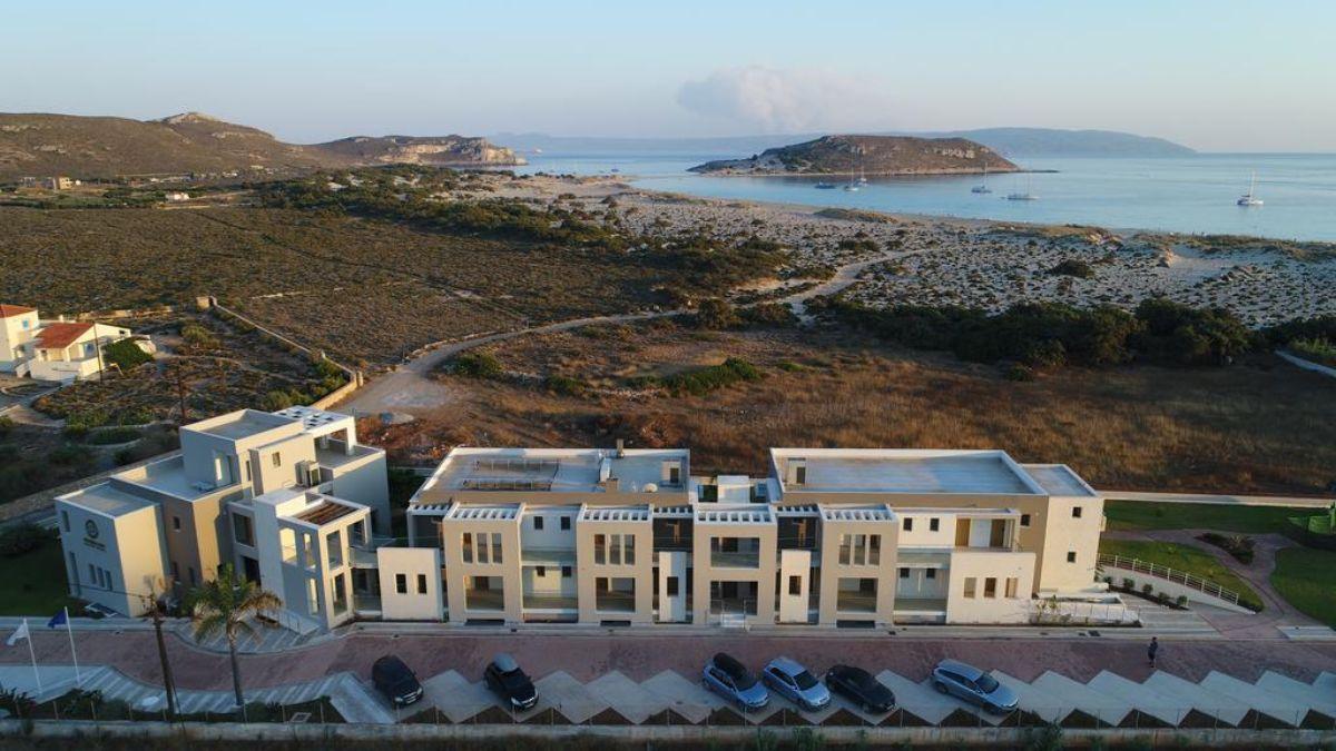 το εντυπωσιακό Double Bay Beach Hotel από ψηλά