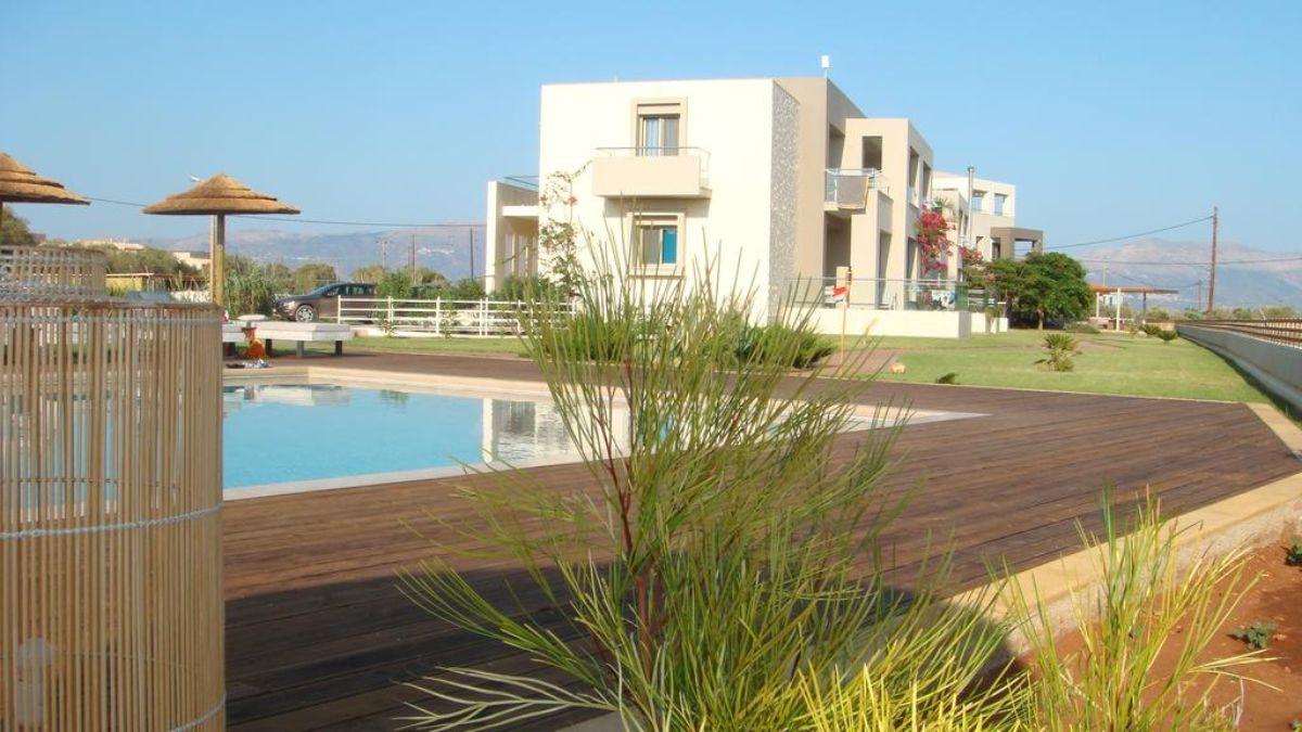 η πισίνα και οι κατοικίες