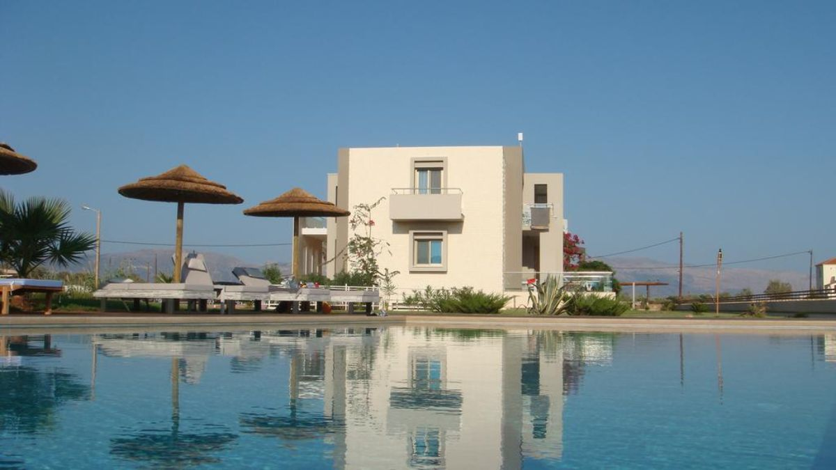 θέα από την πισίνα προς το ξενοδοχείο