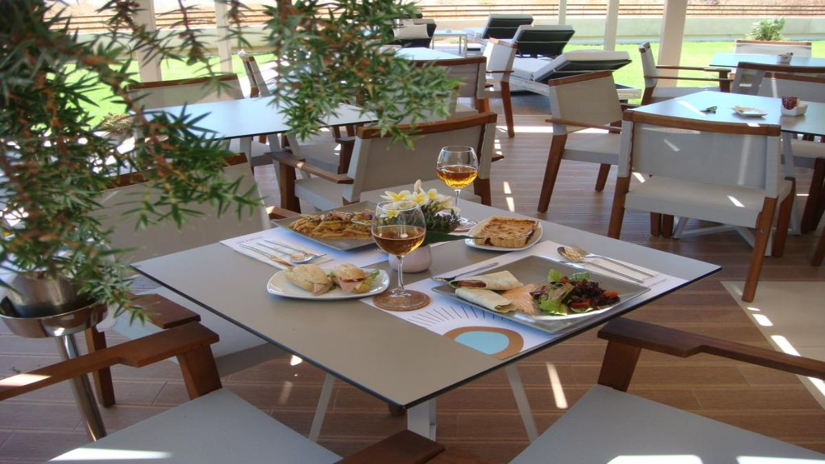 νόστιμο πρωινό σερβιρισμένο στο τραπέζι