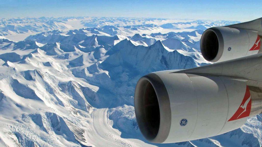 αεροπλάνο πετάει πάνω από την Ανταρκτική
