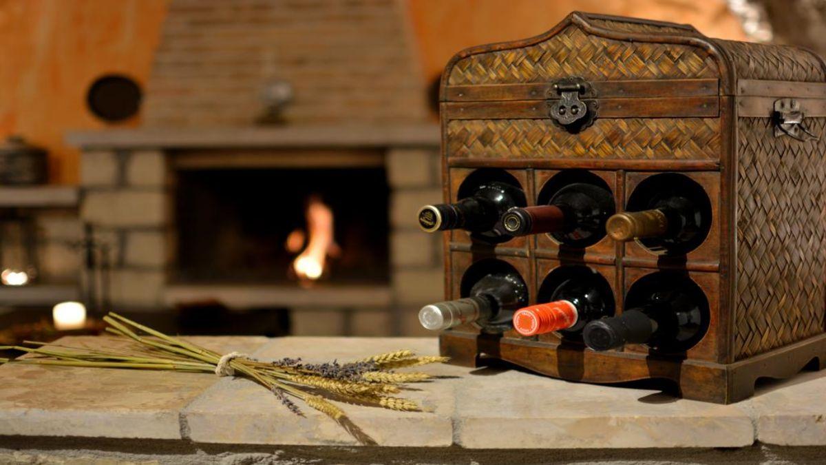 Ξενώνας καθιστικό με τζάκι και κρασί