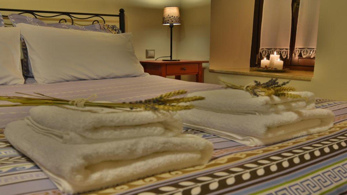 όμορφο κρεβάτι στον Ξενώνα Γαρταγάνη