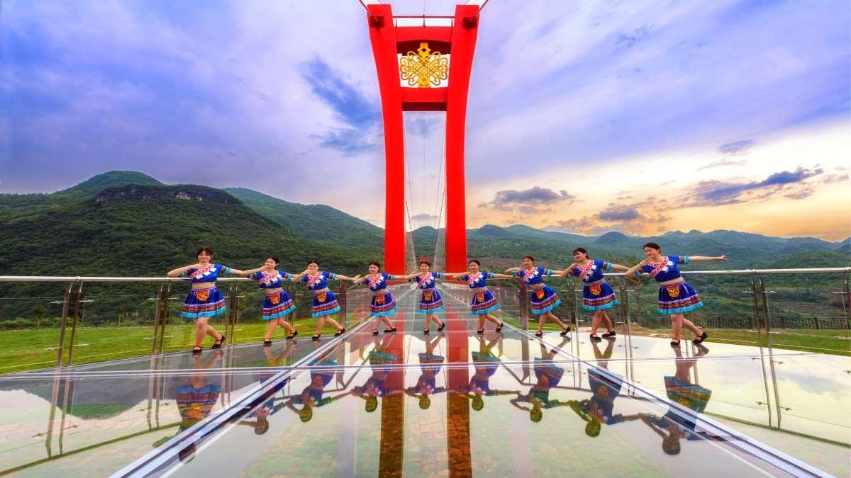 γυάλινη γέφυρα Κίνα χορευτικό συγκρότημα τελετή εγκαινίων
