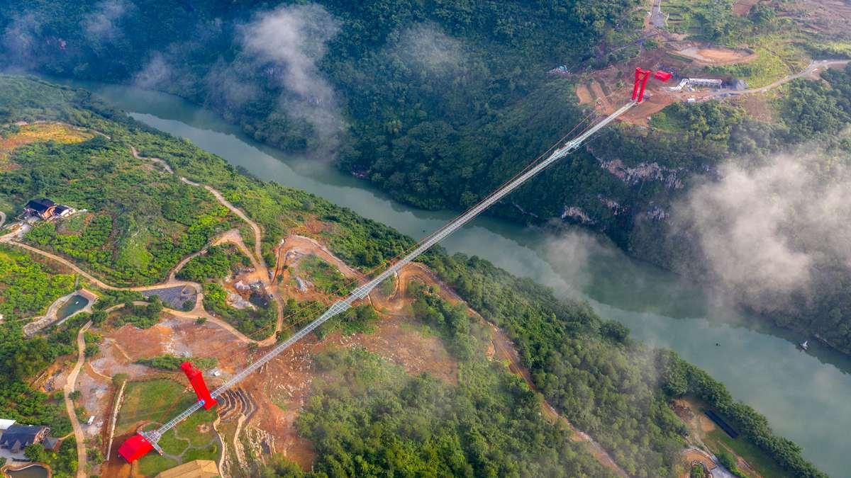 γυάλινη γέφυρα Κίνα ενώνει χαράδρα