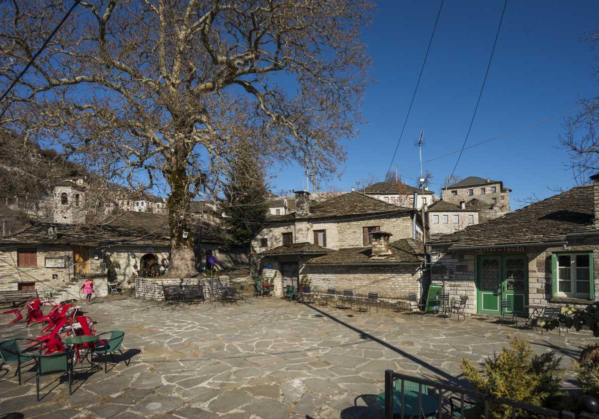 Καπέσοβο, στην πλατεία του χωριού