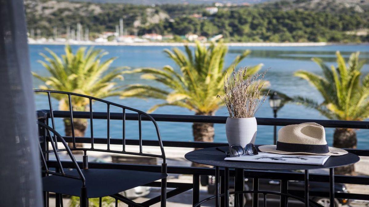μπαλκόνι πάνω στη θάλασσα