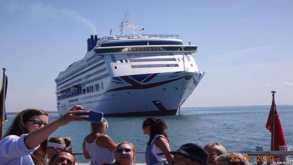 κρουαζιερόπλοιο στη θαλασσα selfie από πλοιάριο