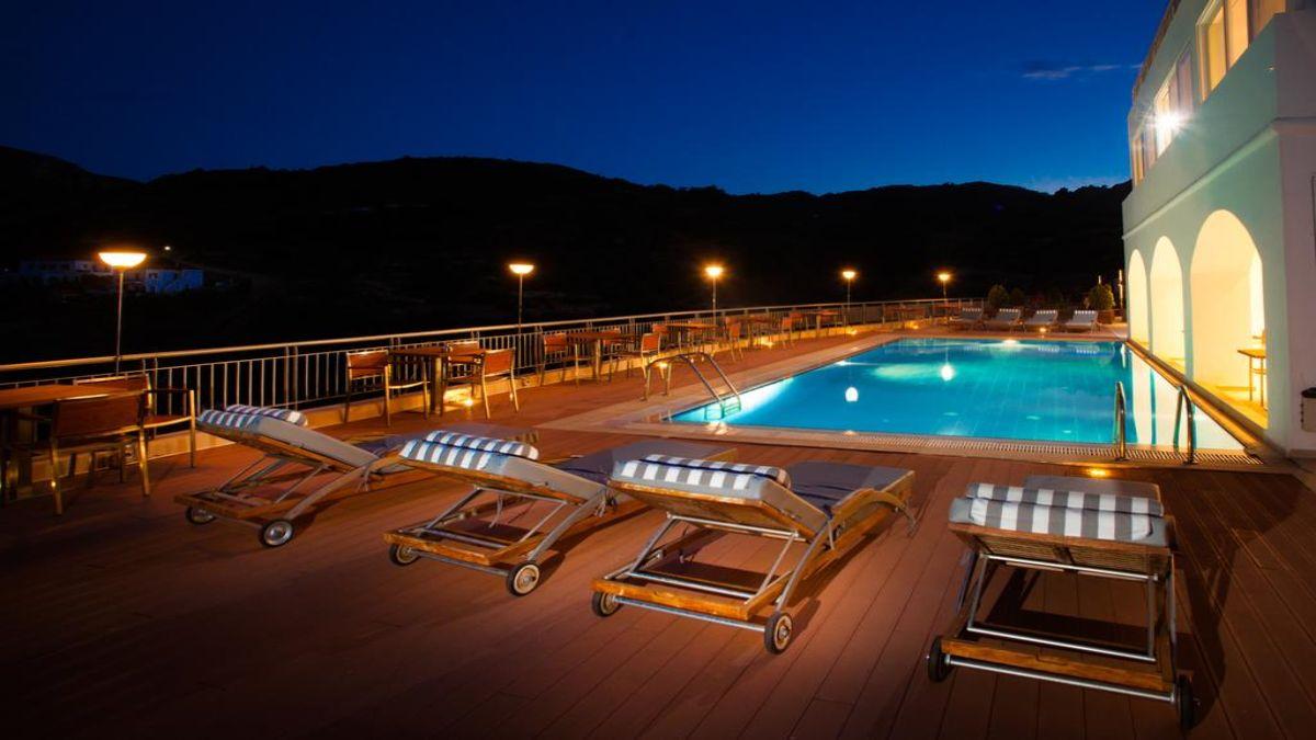 πισίνα με ξαπλώστρες το βράδυ