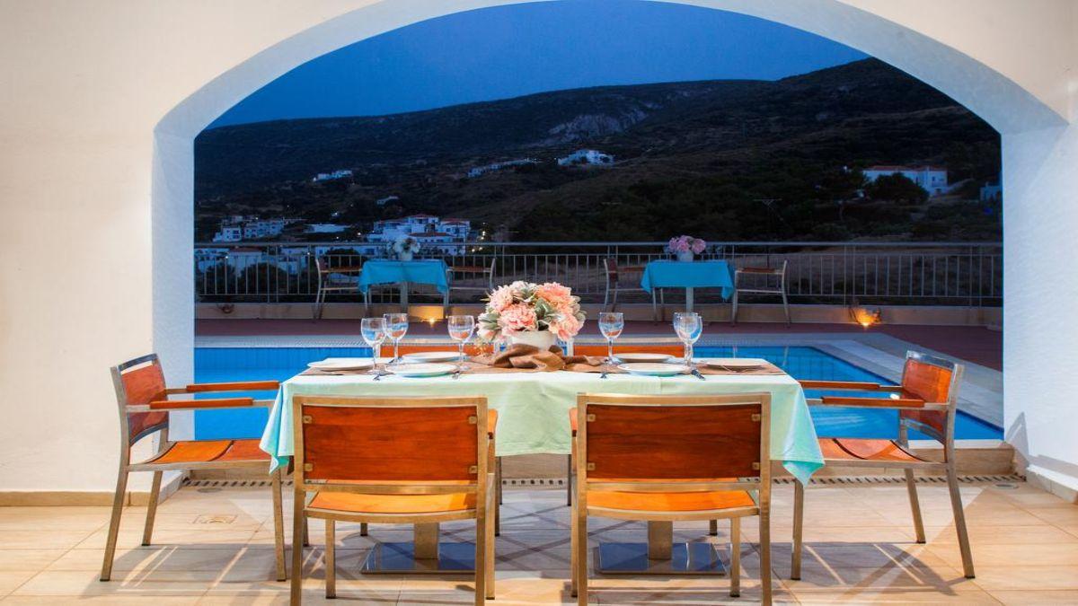 τραπέζι μπροστά στην πισίνα