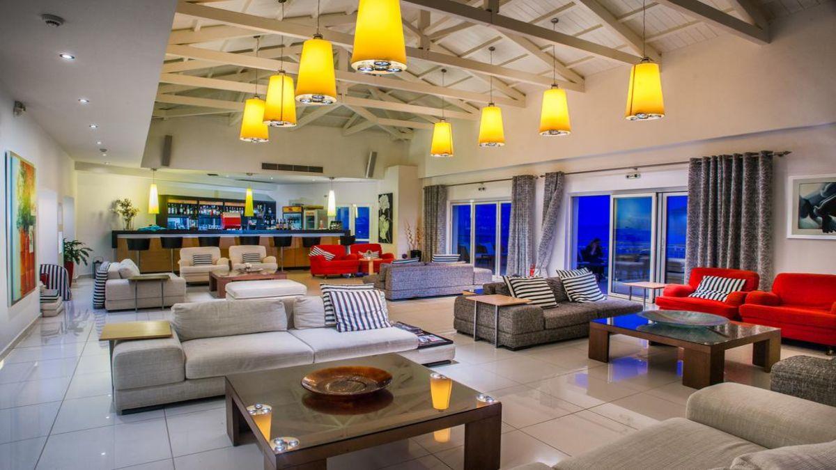 το άνετο καθιστικό και μπαρ του ξεοδοχείου