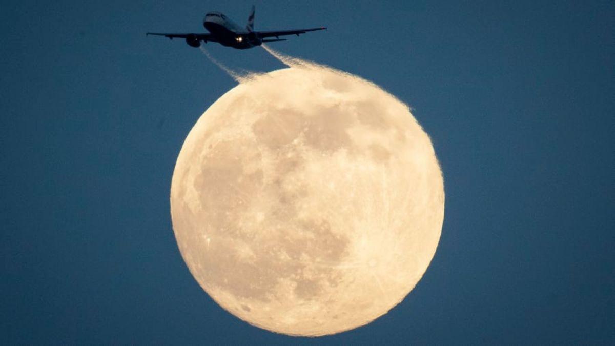 Αεροπλάνο πετά με φόντο το φεγγάρι, Λονδίνο