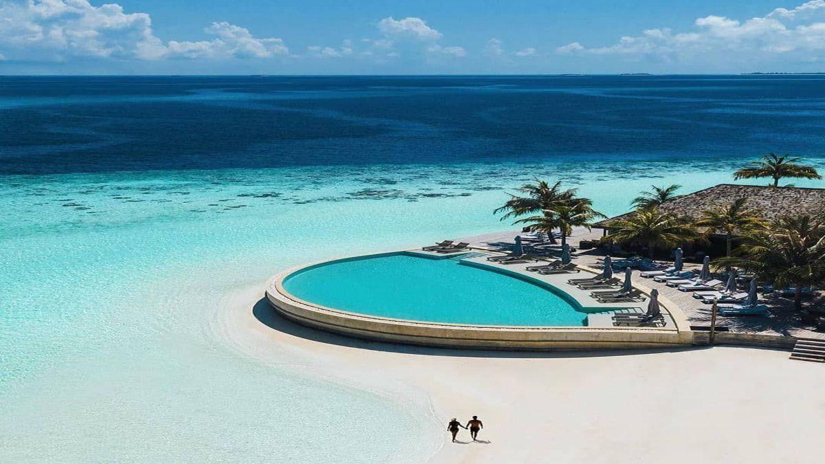 ξενοδοχείο με πισίνα πάνω στην παραλία